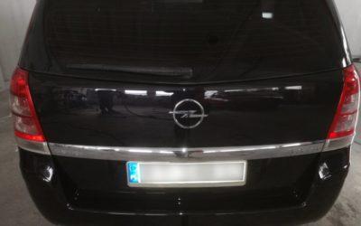 Czarny Opel